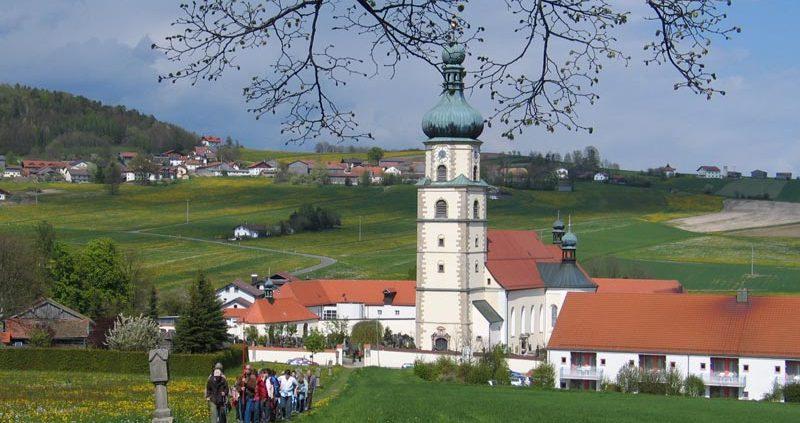 Wallfahrtskirche mit Wallfahrer